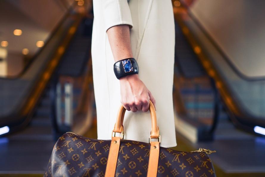 fashion-woman-cute-airport-large.jpg